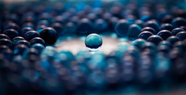blue-abstract-glass-balls-600-x-305